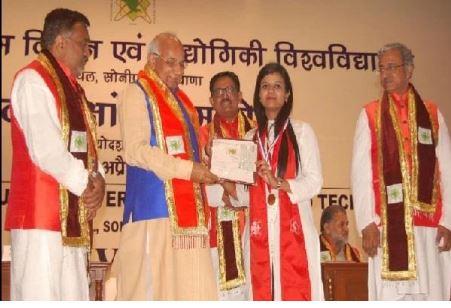 हरियाणा के राज्यपाल ने MBA टॉपर ट्विंकल को अतुल माहेश्वरी गोल्ड मेडल से सम्मानित किया
